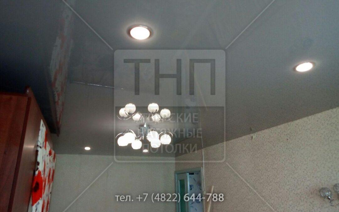 Серый глянец, люстра и 4 светильника