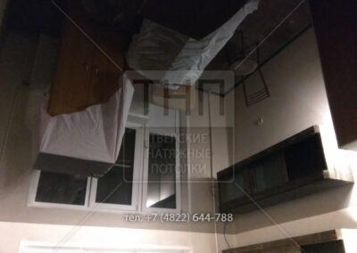 Полностью черный глянцевый натяжной потолок