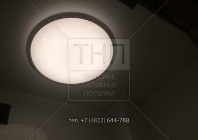 Большой светильник в туалете