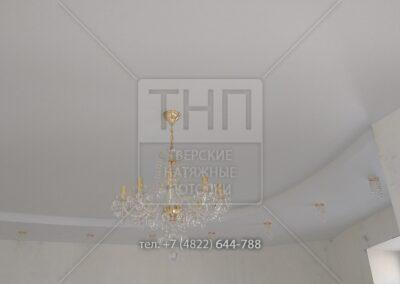 Двухуровневый натяжной потолок, где оба уровня белые