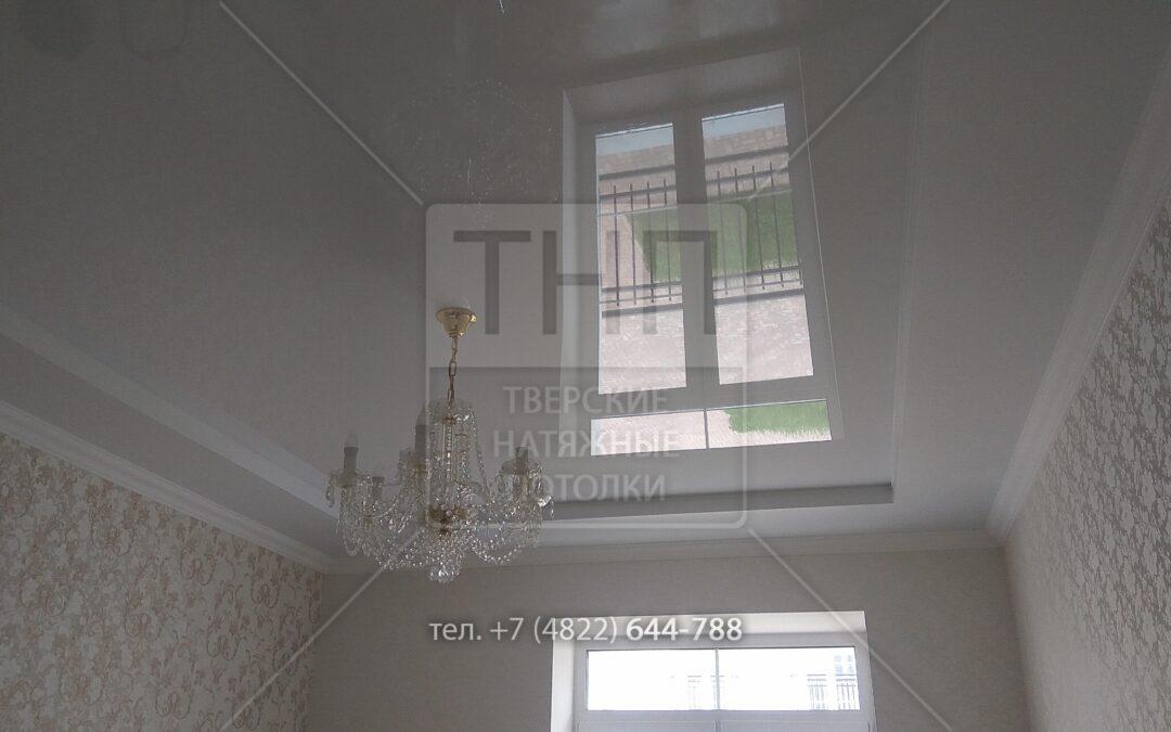Двухуровневый натяжной потолок по периметру комнаты