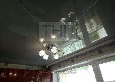 Серый глянец на кухне с белым потолочным карнизом