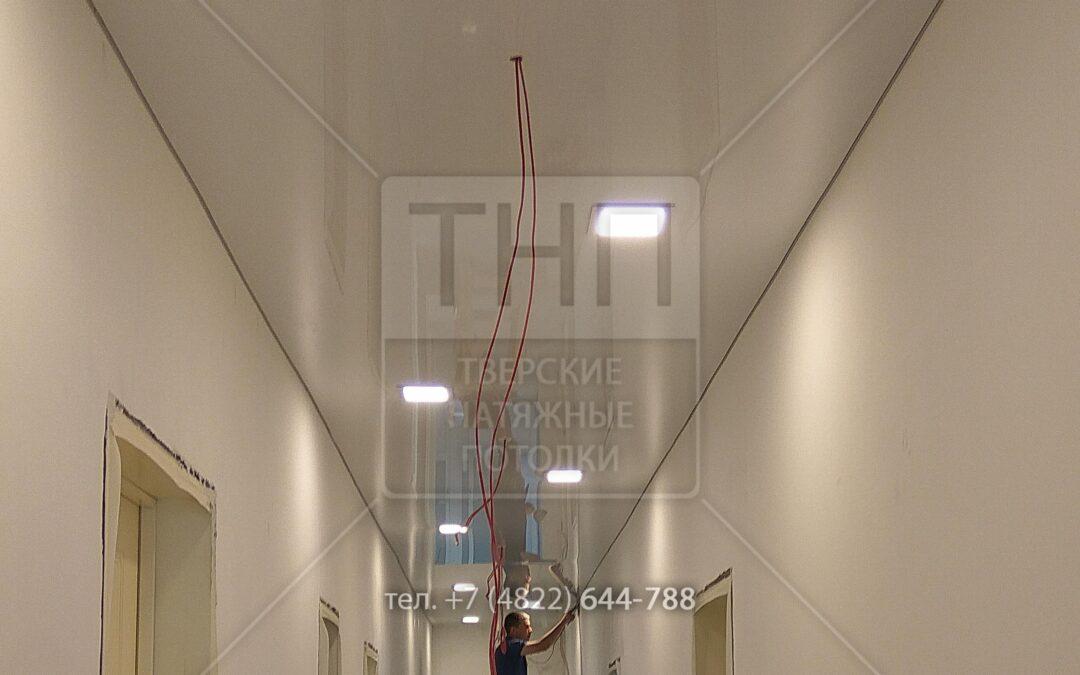 Глянцевый потолок в длинном коридоре