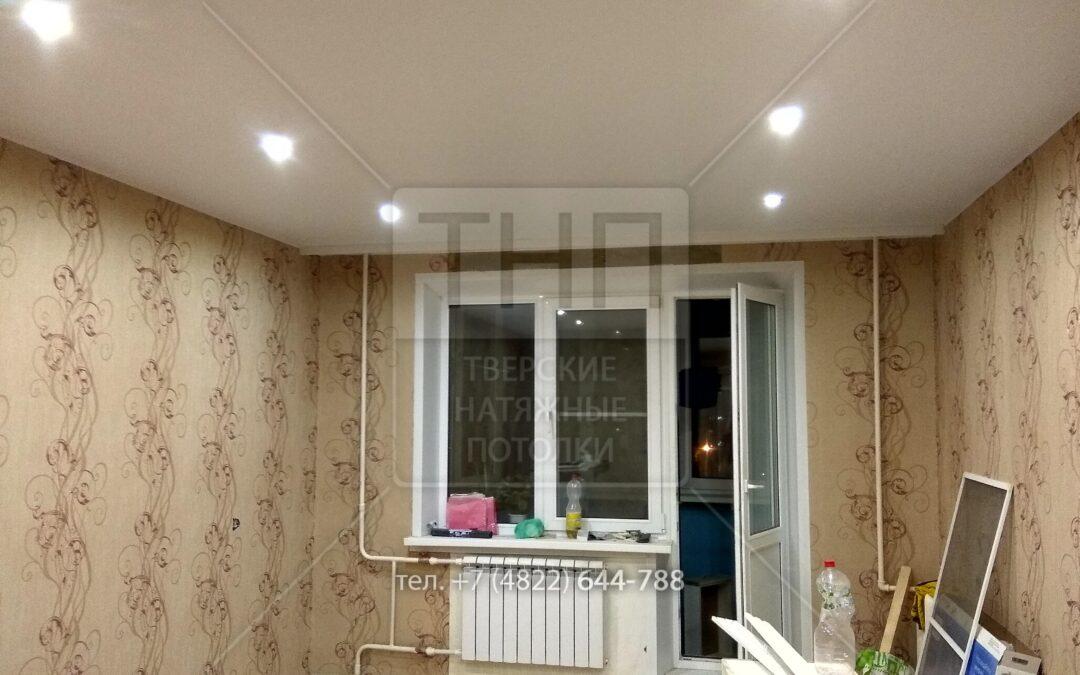 Белый матовый потолок, 8 светильников и потолочный карниз