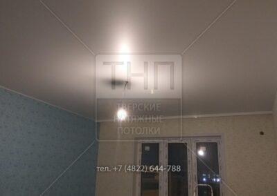 Простой матовый потолок с карнизом и лентой по периметру