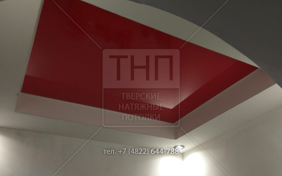 Красный глянцевый натяжной потолок с вторым уровнем из гипсокартона