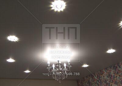 Дизайнерские светильники расположенные «овалом» в сочетании с люстрой и «утопленным» карнизом