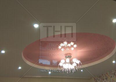 Двухуровневый потолок с кругом из розового глянца
