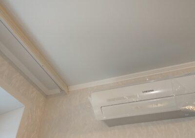 Матовый потолок с накладным карнизом