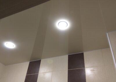 Потолок в ванной со светильниками «Таблетка»