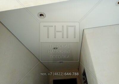 Глянцевый потолок в угловом коридоре
