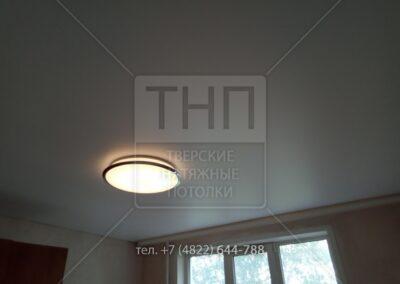 Белый сатиновый потолок с накладным карнизом