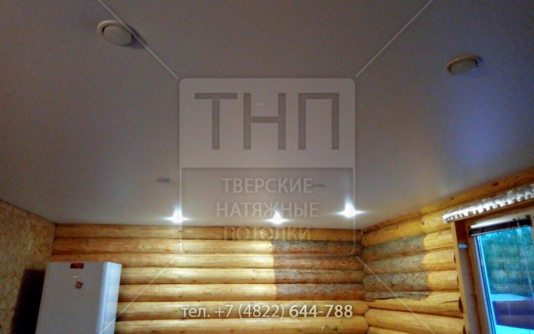 Белый матовый натяжной потолок в бревенчатом доме