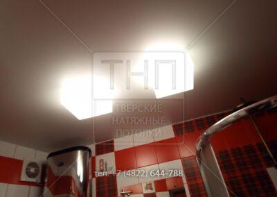 Белый сатиновый потолок в ванной